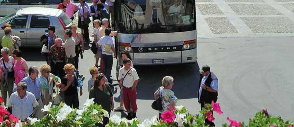 Turisti in Piazza Minozzi